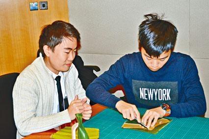 THEi產品設計學生陳謂賢和吳銘匡特意製作模具剪裁蕉葉,方便大量生產蕉葉匙羹。