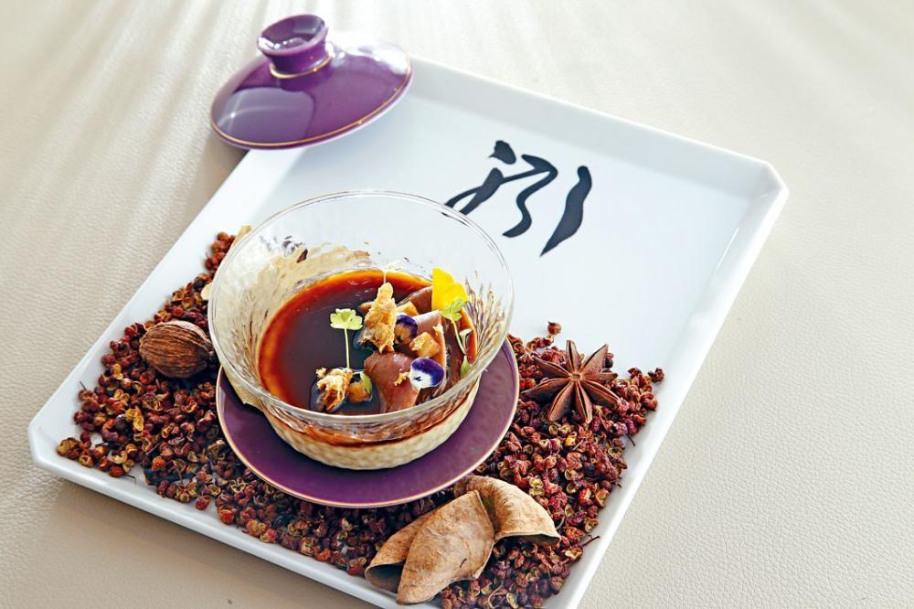 Ode To A Chiu Chow Classic(All The Odes) 面層為滷水鵝肉及脆豆腐,底下是幼滑鵝肝蒸蛋,加上烘過的花椒、八角等,散發獨特香氣。