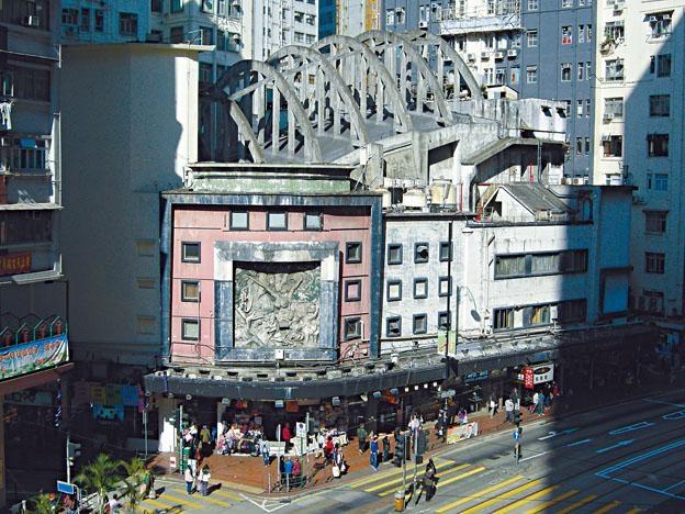 曾經是北角地標的皇都戲院,今天落得一片破落凋敝景象。