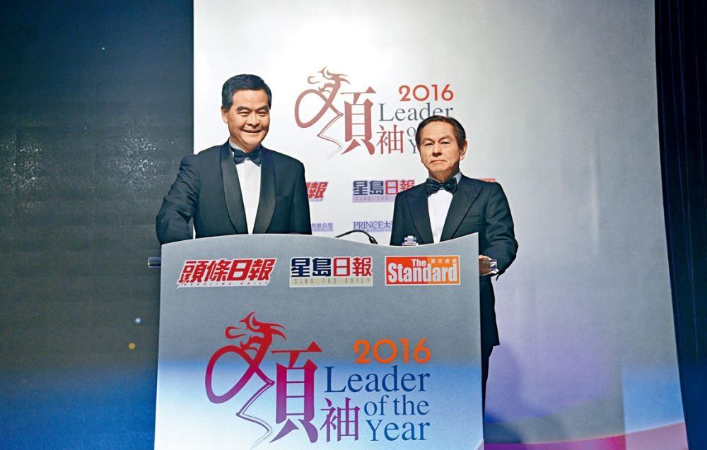 頒獎典禮由行政長官梁振英(左)與星島新聞集團主席何柱國主禮。
