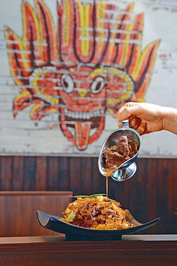 炒薄餅配咖喱牛肉,薄餅質感煙韌,微微辣味從後滲出,混和咖喱牛肉同吃,倍添惹味。