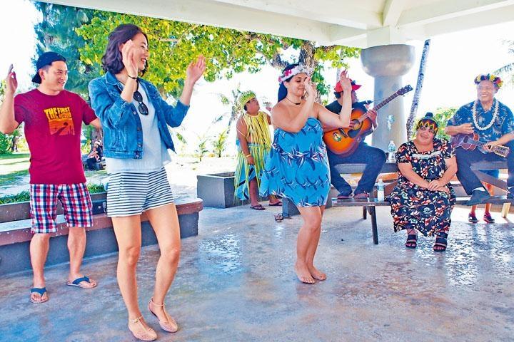 穿戴頭飾及熱愛跳舞,是查莫洛人及卡若蘭人的特性。
