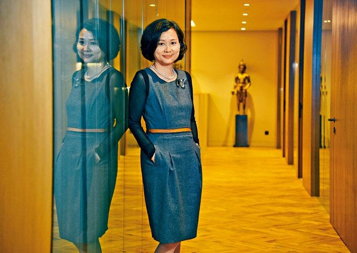 鍾妙芬自小喜歡美術,長大後在香港中文大學主修經濟,副修藝術史。