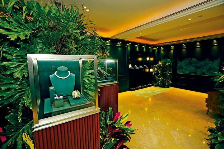 品牌早前在半島酒店舉行2017《Blue Book》高級珠寶系列預覽會,場地布置依照主題「叢林幻境」,置身其中能感受優雅寫意的氣氛。
