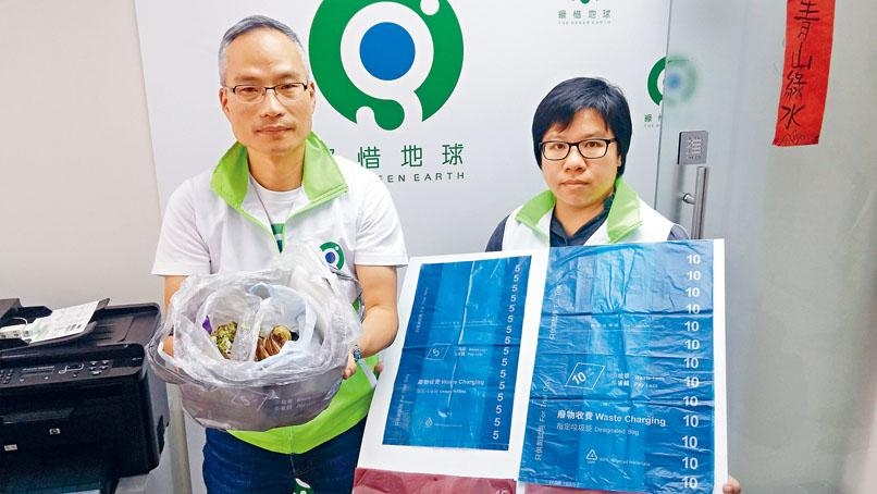 環境倡議總監朱漢強教路若要慳到盡,可回收的東西不要放入垃圾袋。