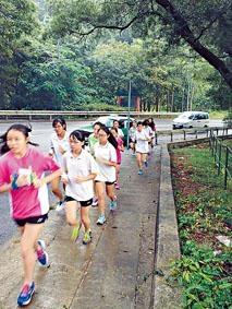 孫方中書院中一生參加為期七周的晨跑訓練,鍛煉意志力。