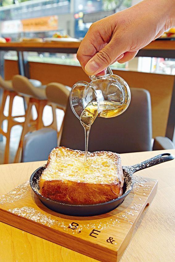 招牌法式吐司色澤微焦甘黃,質感軟滑濕潤,配以意大利洋槐花蜂蜜同吃。每日下午三時供應,只限三十份,想吃便要早點排隊。