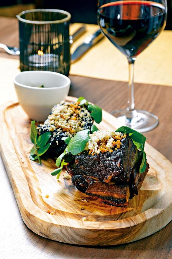 Black Garlic Charred Short Ribs,經慢煮八小時的牛肋骨,面層鋪上麵包糠及山葵,伴上墨西哥辣椒、蒜頭等製成醬汁,分外滋味。