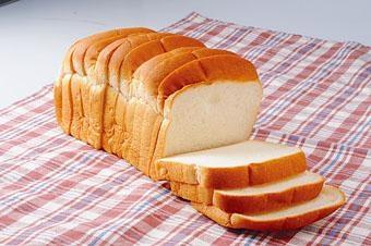 白麵包是由泡打粉和梳打粉發酵製成,含有碳酸氫鈉,令鈉量增加,每100克的白麵包內含400至450毫克鈉量。