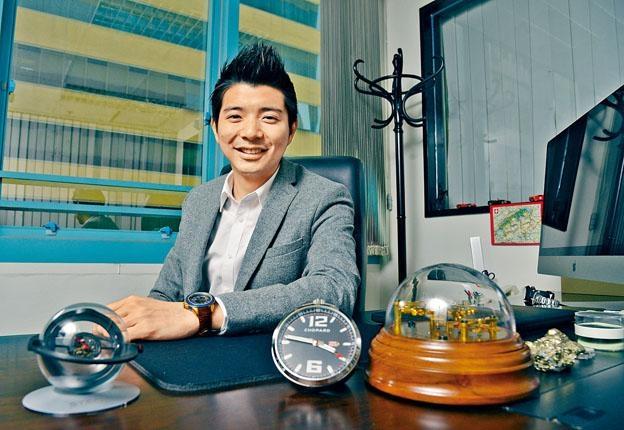 在英國畢業後,Jims即回家業SWISSTECH幫忙,辦公室桌面放滿一個個特別版鐘表收藏。