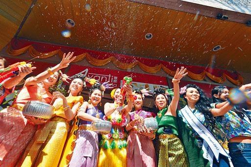 第三屆潑水節活動由「古色仙女巡遊」打頭陣。