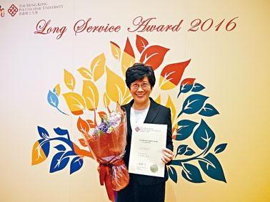 阮曾媛琪在理大工作三十年,曾開拓內地的社工發展,獲頒長期服務員工獎。