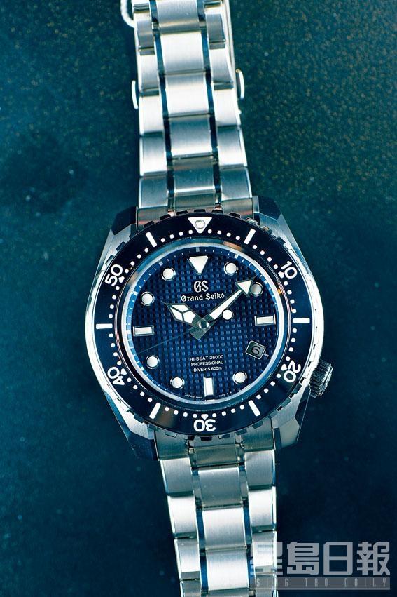 新一代Grand Seiko Diver是品牌「獨立」後的首款重點新作,圖為藍色限量版SBGH257,擁有飽和潛水設計專利,表面格子紋理呈現獨特立體感。表身鈦合金打磨竟然造到比精鋼還要平滑。