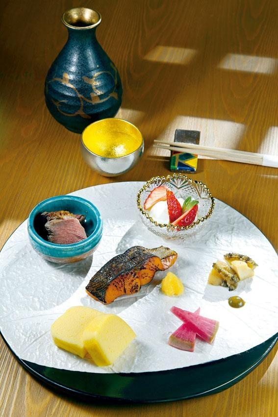 八寸,包括櫻鱒柚庵燒、軟煮鮑魚、肝醬、Castella玉子、鴨胸及草莓卡布里,配搭豐富。