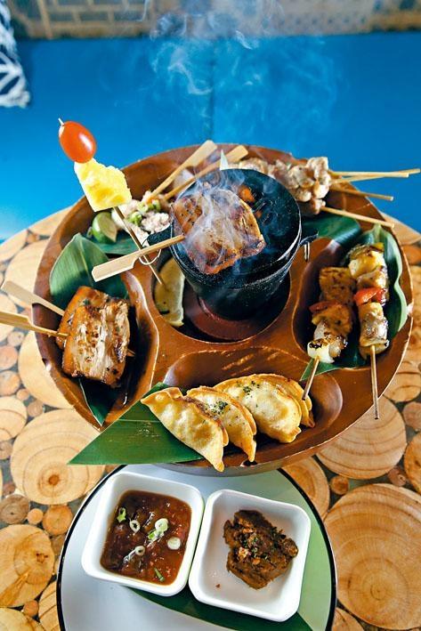 Pu Pu Platter Heavy,拼盤集合沙嗲、咕嚕肉串燒及五花肉等五款小吃,顧客可利用中央小碳爐將食物溫熱。