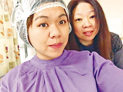 女文員鄭小姐於捐肝手術前,與母親自拍合照。