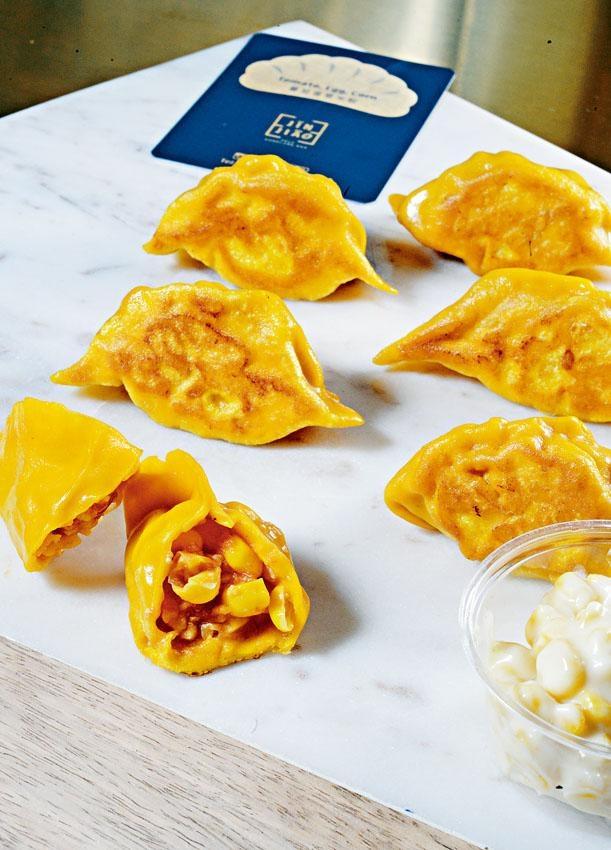 番茄蛋粟米餃以甘筍汁製成金黃色外皮,餡料用上新鮮番茄及粟米製成,配上忌廉芝士粟米醬同吃,酸甜開胃。