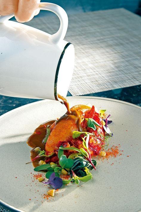 慢煮法國布列塔尼(Brittany)藍龍蝦,佐以藍龍蝦焦糖香料醬汁,味道濃郁。
