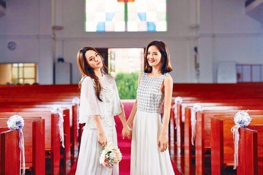 阿嬌與阿Sa分別穿起婚紗和姊妹裙步進教堂。