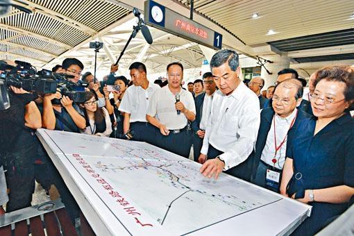 考察團到訪被稱高鐵樞紐站的廣州南站,聽取當地人員的介紹。