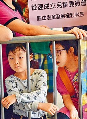 關注學童發展權利聯席向立法會請願。