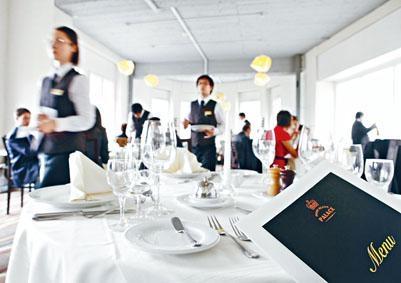 修讀瑞士酒店管理大學三年制學士課程期間,學生須完成至少兩個為期半年的海外有薪實習。
