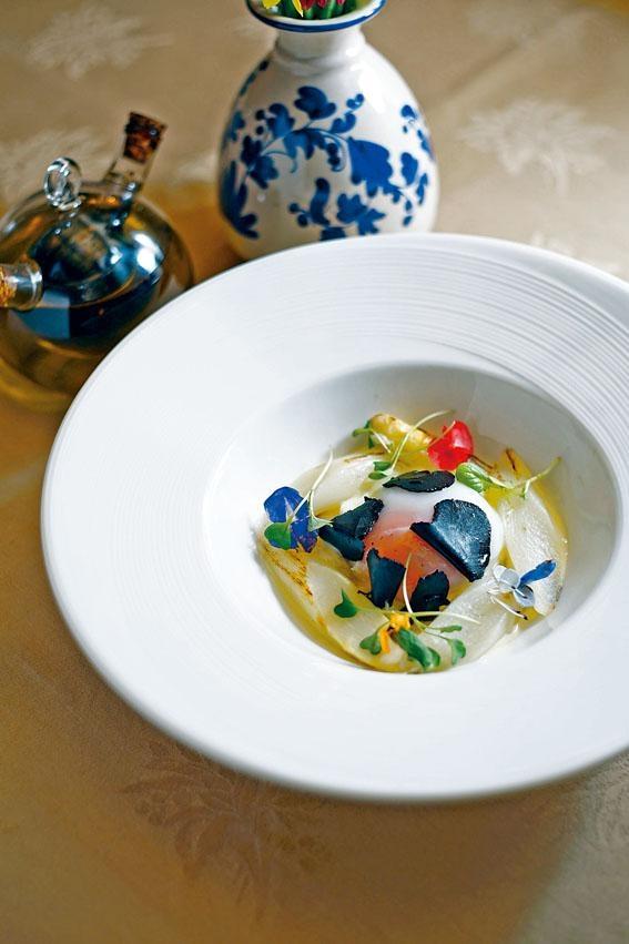 香炒白蘆筍伴溫泉蛋配黑松露芝士汁,白蘆筍與雞蛋是最傳統配搭,以慢火煮成流心蛋,再刨上黑松露片品嘗。