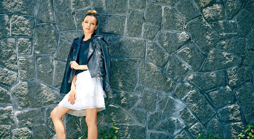 IRO黑色皮革Biker Jacket、深灰色短袖上衣、白色綴Ruffles裝飾半截裙。