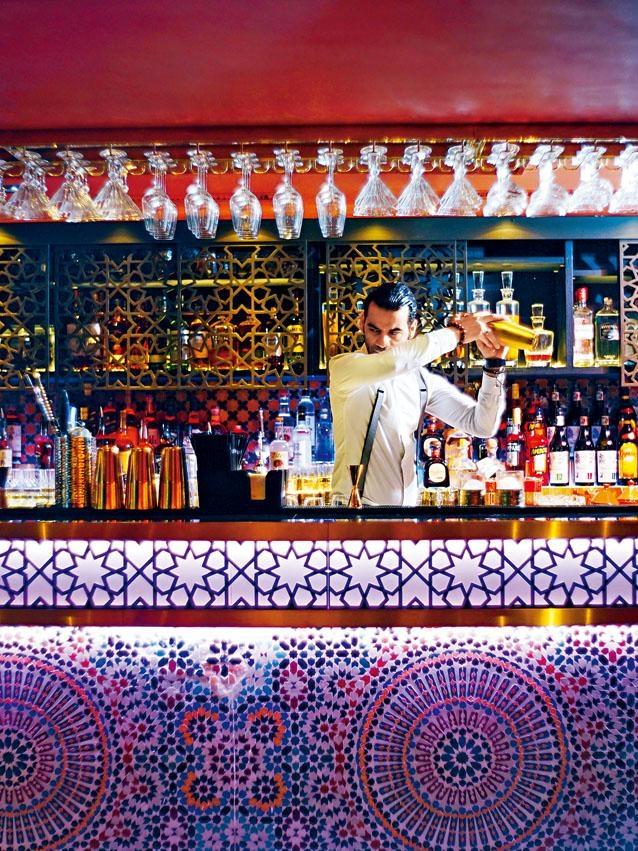 酒吧別具異國情調,摩洛哥式Zellige馬塞克瓷磚,加上特別燈光效果,感覺迷人。