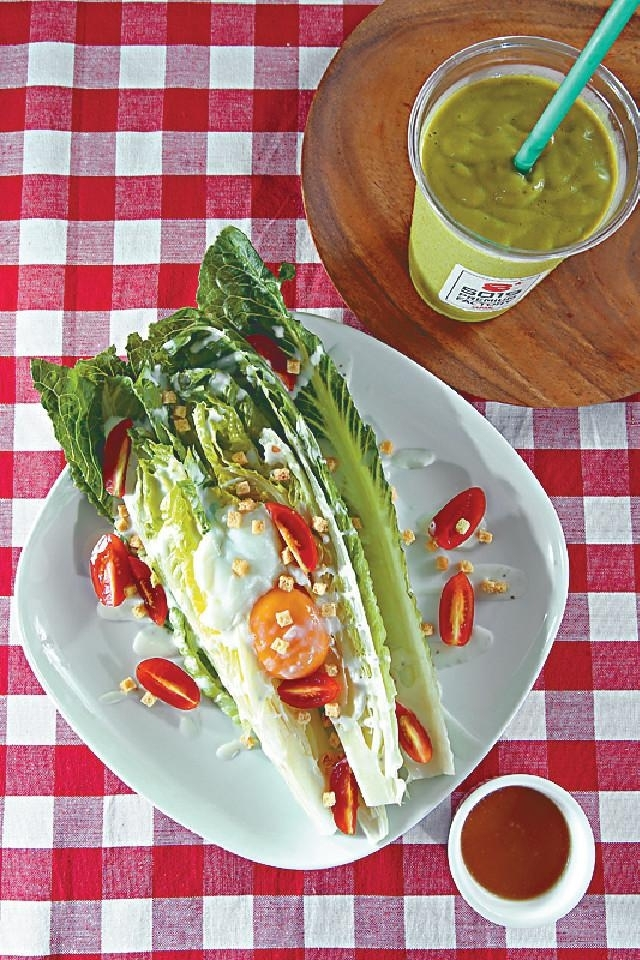 ■Romaine Caesar Salad(右,$88),Spinach Green Smoothie(左上,$48)