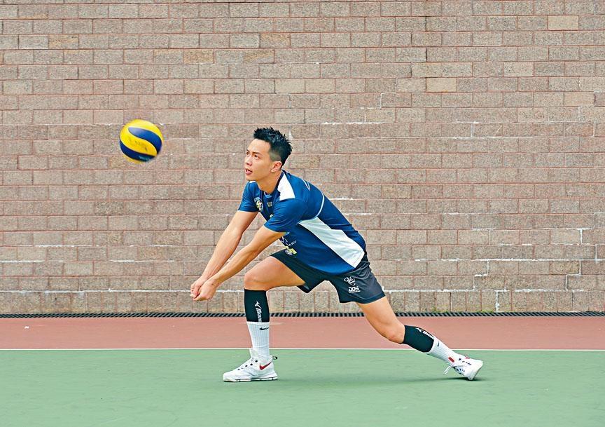 腳比手先到位,才能接球,否則排球容易被彈走。若用右手擊球時,正確的步法是先踏出左腳。