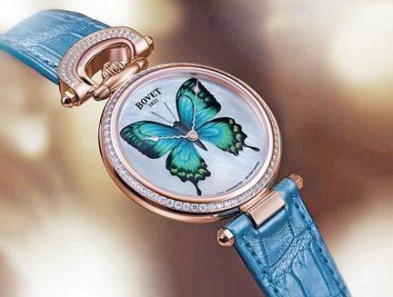 微繪系列腕表這款Château de Môtiers 40,珍珠貝母表面蝴蝶是利用不同顏料手塗,當中含有夜光劑,可以在光暗環境變化下,產生動感視效。