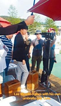 將於本周五入伍的李敏鎬,被拍到在泳池邊拍攝廣告。