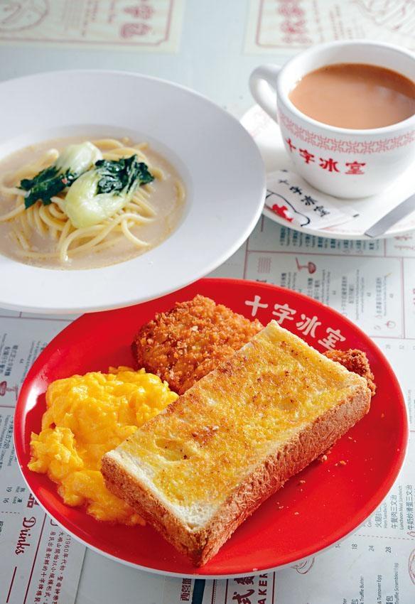常餐包括牛奶豬骨湯意粉、吉列豬扒、牛奶炒滑蛋及牛油方包、另可自選熱咖啡或奶茶,配搭豐富。