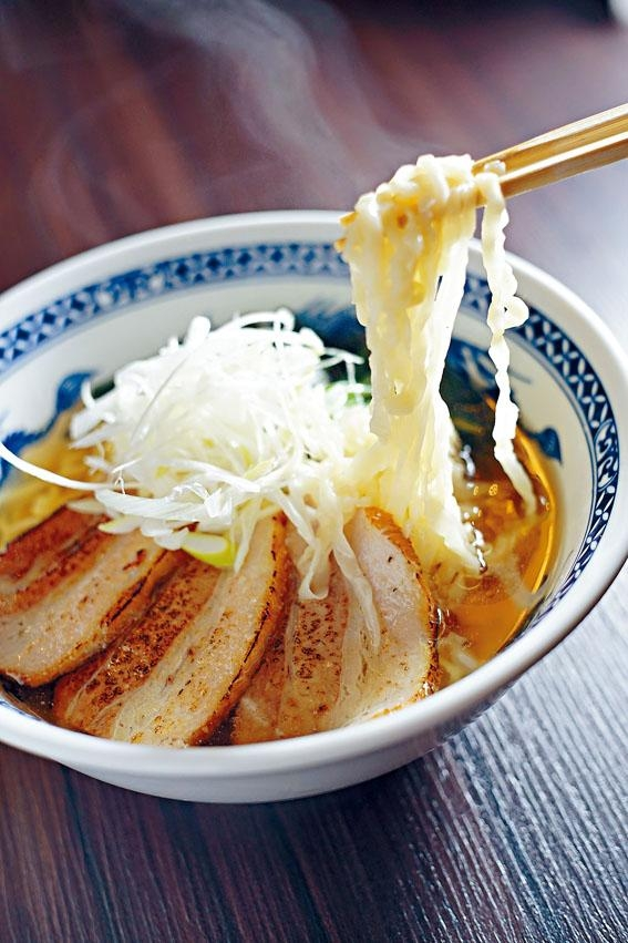 BILL拉麵,麵條粗扁曲身,入口煙韌帶黏性,掛湯效果極佳。湯底清澈少膩,加上軟腍叉燒,簡單美味。