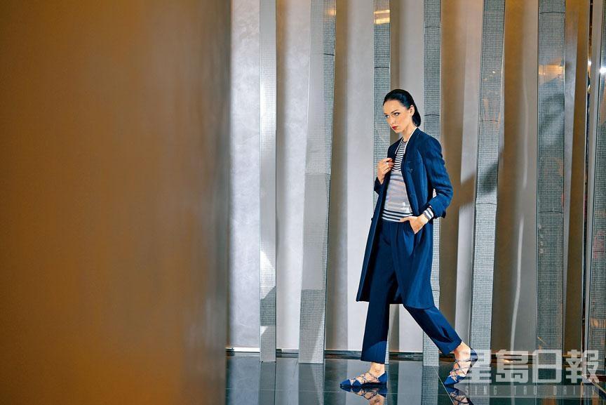 深藍色暗直紋長褸及長褲、藍白色橫紋長袖上衣、藍色麖皮搭帶平底鞋。