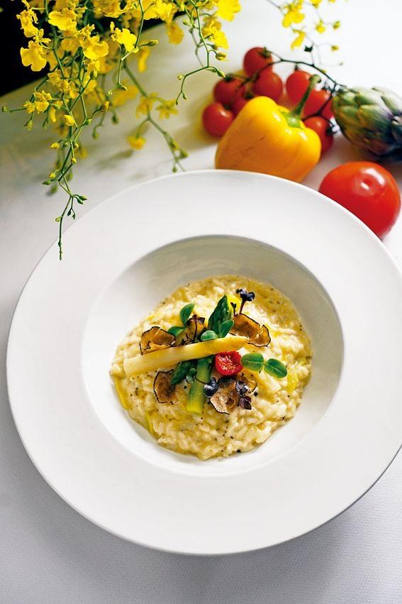 海風餐廳推出「甜在心頭」早午自助餐,推介主菜黑松露意大利飯配白蘆筍及青蘆筍,味道正宗,層次豐富。