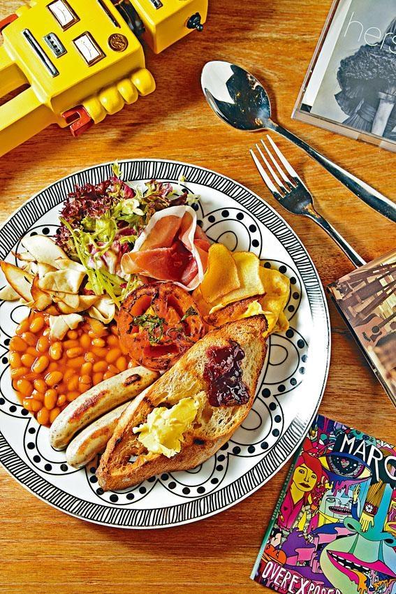 大家高興All Day Breakfast,有齊香草豬肉腸、茄汁豆、烤番茄、煙火腿、蘑菇、薯仔片奄列、沙律等,配搭豐富。($68)