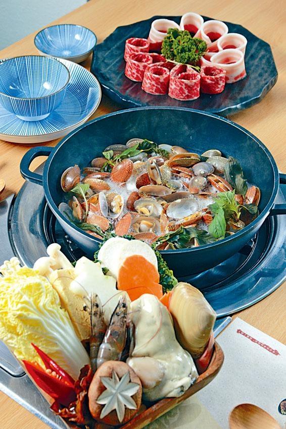 晚市火鍋套餐,蜆肉鮮甜無比,另配上自選肉類及老饕海鮮菜盤等。