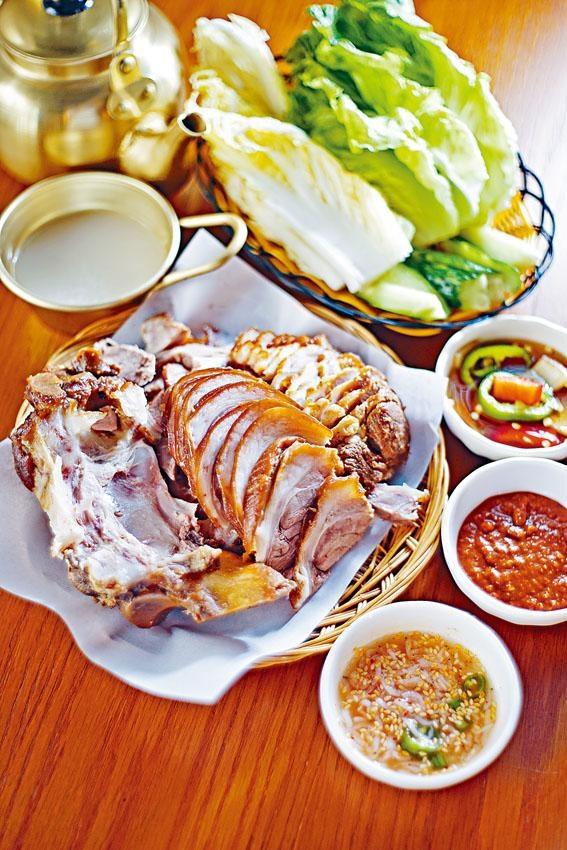 韓式豬手軟腍彈牙,卻不覺油膩,蘸鹹蝦汁和韓式辣豆醬享用。