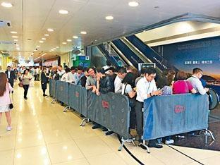 長實荃灣海之戀開放示範單位予代理參觀,現場大排長龍。