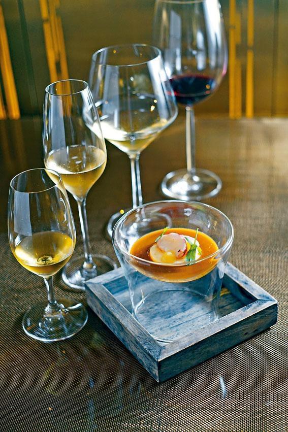 藏紅花布列塔尼藍龍蝦鮮魚湯,Brittany藍龍蝦入饌,蝦肉鮮甜嫩滑,切片放在海魚及龍蝦頭熬成的海鮮濃湯上奉客,宜配香檳品嘗。
