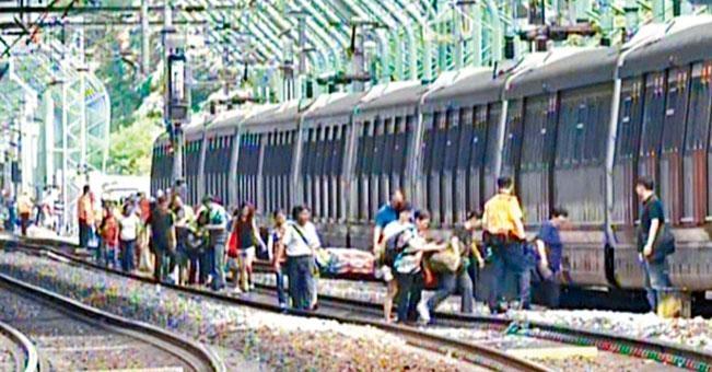 逾百名乘客被困近一句鐘,始獲安排下車,沿路軌徒步返回月台。