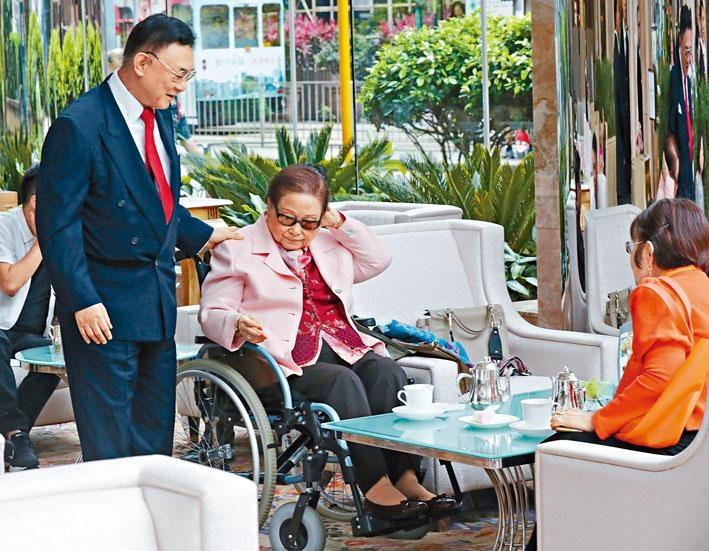 羅老太與二女羅鴻璇在酒店大堂飲茶,精神不錯。左為二子羅旭瑞。
