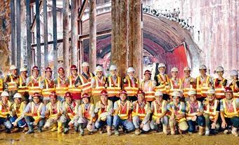 港珠澳橋香港接綫全綫貫通,張炳良到場為工程團隊打氣。