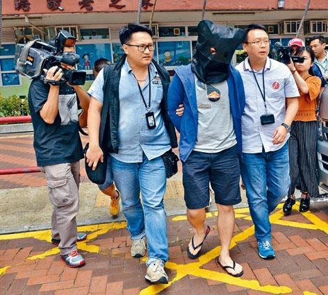 其中一名涉嫌男子在竹園南邨住所被捕帶署。