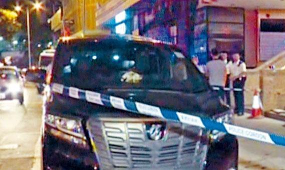七人車擋風玻璃被擊至爆裂。