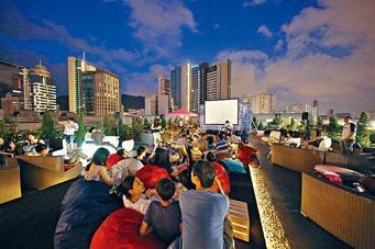 法國人在夏天常常會在星空下觀賞電影,要感受這種法國文化,香港人只能在天台欣賞法國電影。