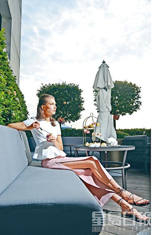 白色Peplum Top/$4,690、高衩粉紅色長褲/$5,150、黑色Strap Sandals/$4,650。