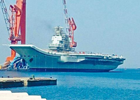 國產航母艦島冒出黑煙,疑正進行引擎測試。
